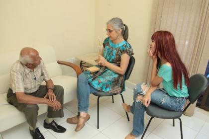 Seu Antonio de Paula conversou comigo e com a repórter Márcia Moreira (Foto: Diego Gurgel)